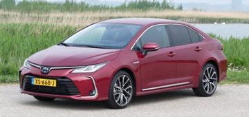 Rijden met Toyota Corolla Sedan 1.8 Hybrid Executive